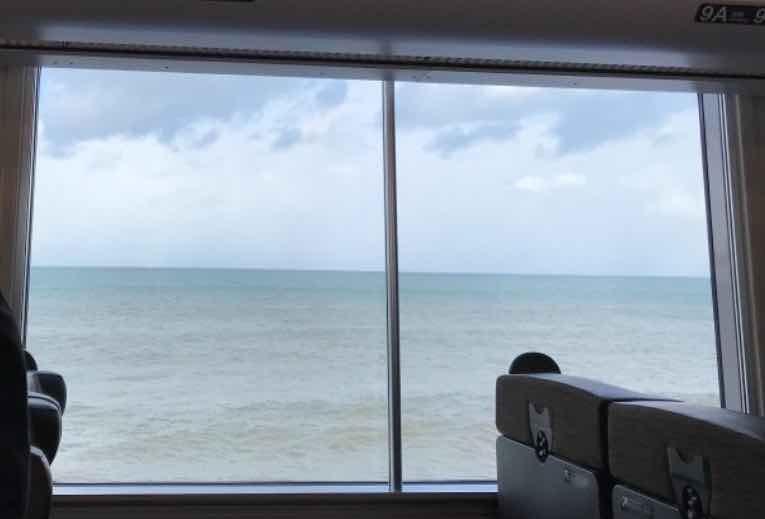 車窓から見える海